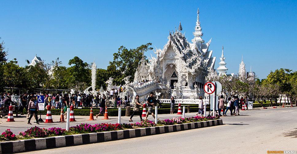 Ват Ронг Кхун (тайск. วัดร่องขุ่น), также известный как Белый храм — буддистский храм, расположенный недалеко от города Чианграй в Таиланде.
